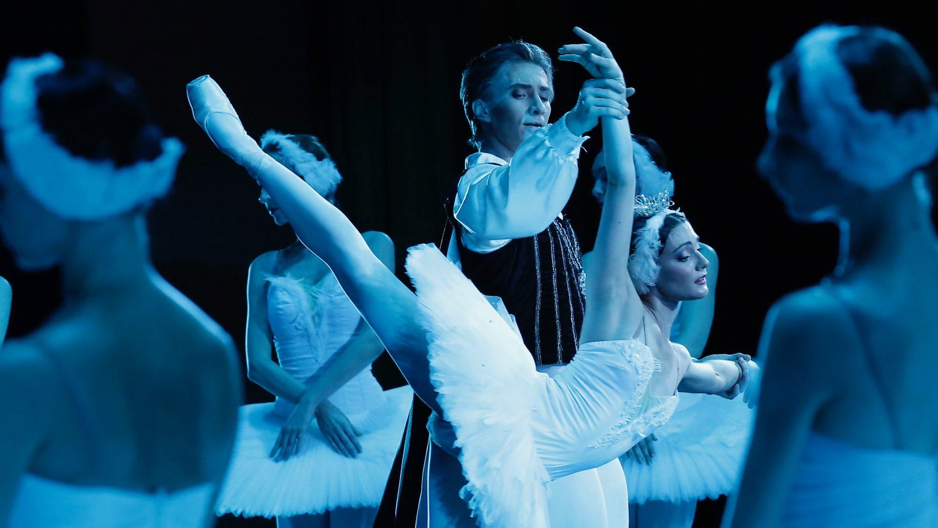 Swan Lake in the Kremlin Palace. Starring Sara Lane & Vadim Muntagirov