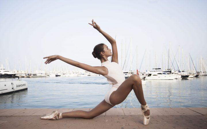 balerina-v-dlinnom-plate-zadiraet-nogu-i-pokazivaet-trusi-smotret-foto-krasivoy-erotiki-mobilnuyu-versiyu